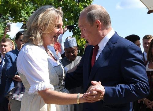 Karin Kneissl et Vladimir Poutine.jpg