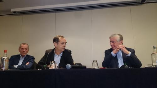 Robert Ménard (au centre) s'exprime à Bruxelles..JPG